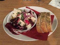 Schafskäse mit getrockneten Tomaten im Restaurant im Deutschen Theater in Berlin. Lust Restaurants zu testen und Bewirtungskosten zurück erstatten lassen? https://www.testando.de/so-funktionierts
