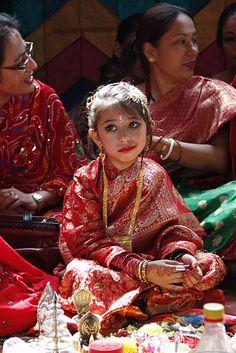 Newari Costume - Nepal - patience girl, this is how its done Cultures Du Monde, World Cultures, Nepal Kathmandu, Bhutan, Ladakh India, Photographs Of People, Thinking Day, Tibet, Portraits