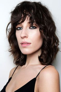 The best bangs are ones you don't have to do much with. This bedhead style is major. #refinery29 http://www.refinery29.com/fall-beauty-color-trends#slide-22