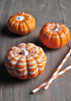 These cute lace pumpkins are an easy and fun DIY! #fallweddings #weddingdecor #pumpkins