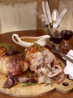 Skal der kræses for familie eller venner i weekenden, så prøv denne opskrift fra Jamie Oliver på en 4-timers lammebov. Langtidsstegningen kombineret med Knuthenlunds lammeudskæringer giver en dejlig, fyldig smag. Boven kan købes i vores økologiske netbutik: http://knuthenlund.dk/blog/opskrift-lammekoed-jamie-olivers-4-timers-lammebov/
