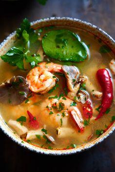 Tom Yum Soup (Tom Yum Goong), easy to make Thai hot and sour soup. Thai Hot And Sour Soup, Sweet And Sour Soup, Thai Tom Yum Soup, Tom Yum Noodle Soup, Tom Yum Noodles, Hot Soup, Tom Yum Gai, Tum Yum Soup, Gastronomia