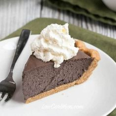 A delicious low carb sugar-free dark chocolate mousse pie that is quick and easy to prepare. Heavy whipping cream gives it a rich and creamy flavor. Keto Chocolate Mousse, Chocolate Pies, Flourless Chocolate, Chocolate Recipes, Low Carb Deserts, Low Carb Sweets, Gluten Free Desserts, Healthy Desserts, Diabetic Desserts