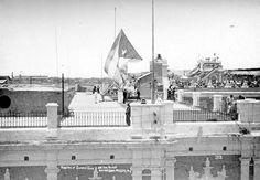 Raising the Cuban flag on the Governor General's Palace at noon on May 20, 1902 - Cuba – Wikipédia, a enciclopédia livre > Hasteamento da bandeira de Cuba no palácio do Governador em 20 de maio de 1902.