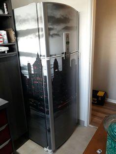Envelopamento de geladeira com imagem de cidade.