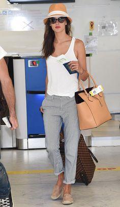 Look de aeroporto da modelo Alessandra Ambrosio com calça capri e regata.
