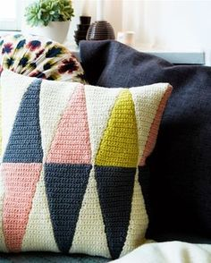 Crochets with triangles Crochet Pillow Pattern, Crochet Stitches, Crochet Patterns, Crochet Home, Love Crochet, Knit Crochet, Crochet Decoration, Tapestry Weaving, Textiles