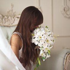 Удивительный букет из роз и фрезий, дополнит и свадебный наряд и украсит Ваш дом, своей нежностью и красотой. Наполняя Ваш дом уютом и теплом рук, с которым сделан этот букет. Более подробно можете посмотреть у нас на сайте! Будем Вам рады!