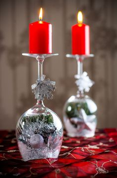 The warmth and light of the candles will create the right Christmas atmosphere, so you should not miss beautiful candlesticks in your home. You can also make originals from wine glasses or champagne! Christmas Makes, Simple Christmas, Christmas Wreaths, Christmas Bulbs, Christmas Crafts, Christmas Glasses, Diy Christmas Decorations For Home, Christmas Table Settings, Holiday Decor
