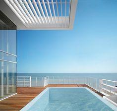Jesolo Lido Village by Richard Meier Richard Meier, Cottage Design, Beach Hotels, Pent House, Condominium, Modern Minimalist, Modern Architecture, Beach House, Sky