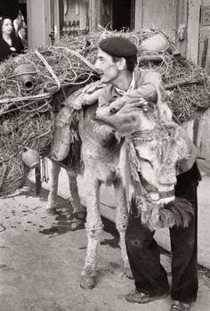 Madrid años 40: botijero Diego González Ragel Madrid, c. 1940. En mi pueblo se podía ver esta escena muchos años después, hasta en los setenta, que fue la década en la que transcurrió mi infancia. Ahora este mismo pueblo está lleno de pijos estirados :-) que han olvidado que sus padres y abuelos protagonizaron este tipo de instantáneas.