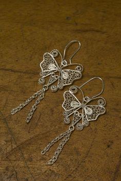Precio: $128.000 Aretes en filigrana en plata. Representan las mariposas del pacífico. * No incluye costo de envío. Wire Jewelry, Jewellery, Quilling, Filigree, Silver, Ideas, Silver Filigree, Silver Necklaces, Wire Bracelets
