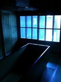 「夢の家」  青い棺バージョンもある。棺の中は堅くて、とても眠れそうにないです