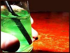 kriptonita  2 partes de vodka  1 parte de licor de menta  1 1/2 parte de piña colada  y mucho hielo.