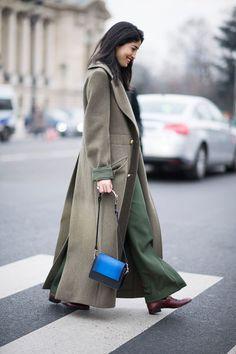 Khaki-Mantel, Khaki-Hose und eine Hingucker-Tasche in kräftigem Blau: ein toller Winterlook von Modejournalistin Caroline Issa.
