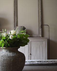 Witte bloemen in woonkamer, landelijke stijl