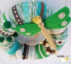 Corona de lana en tonos verdes con libélula / por TheWhiteCraft