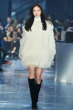 H&M Studio Fall 2014 runway show presented at Paris Fashion Week was attended by Jessica Alba, Miranda Kerr, Solange Knowles. Fashion Moda, Fur Fashion, Fashion Week, Runway Fashion, Fashion Show, Fashion Looks, Fashion Outfits, Fashion Design, Paris Fashion
