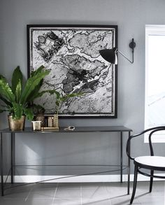 Love the colour combo: Grey walls, black and metallic extras and the greenery. Dark Living Rooms, Living Room Modern, Living Room Designs, Living Room Decor, Interior Architecture, Interior And Exterior, Foyer Staircase, Modern Lighting Design, Beautiful Home Designs