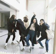 Best friendsYou can find Ulzzang and more on our website. Best Friend Pictures, Bff Pictures, Friend Photos, Ullzang Girls, Kpop Girls, Ulzzang Fashion, Korean Fashion, Hyuna Photoshoot, Couple Ulzzang