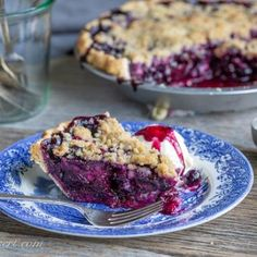 Blueberry Crumble Pie - Sweet blueberries topped with a crispy crumble all baked up in a wonderful summer pie. A must make for your ripe blueberries! Blueberry Crumble Pie, Blueberry Topping, Pie Crumble, Blackberry Cobbler, Plum Cobbler, Blueberry Crisp, Crumble Topping, Pie Recipes, Dessert Recipes