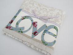 Toalha de mão de excelente qualidade bordada em ponto caseado com vivinho de algodão trançado com laço.