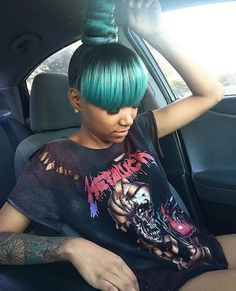 Ombre color, green hair and high bun! this bold hair color! Dope Hairstyles, My Hairstyle, Weave Hairstyles, Pretty Hairstyles, African Hairstyles, Black Hairstyles, Hairstyle Ideas, Straight Hairstyles, Weave Ponytail