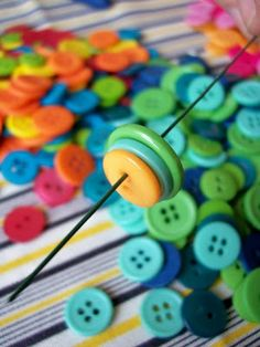 button bouquet tutorial - something to do with all those buttons! Button Bouquet, Button Flowers, Diy Buttons, Vintage Buttons, Crafts To Make, Crafts For Kids, Arts And Crafts, Button Art, Button Crafts