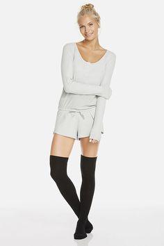 """Banff pijama estilo """"mono"""" y calcetines altos por encima de la rodilla."""