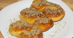 Mucenici moldovenesti (Sfintisori) Romanian Food, Romanian Recipes, Pan Dulce, Pastry And Bakery, Snacks For Work, World Recipes, Nutella, Baked Goods, Sweet Tooth