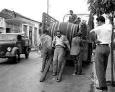 ΤΑΚΗΣ ΤΛΟΥΠΑΣ-Χαμάληδες στη Λάρισα 1950-Ο μεγάλος φωτογράφος της εποχής του Σπύρος Μελετζής σημειώνει πως: «Το έργο του έχει τα γνωρίσματα της άνοιξης. O Τλούπας ακόμα κι όταν θέλει ή προσπαθεί να μας δώσει κάτι διαφορετικό σε έκφραση, (πόνο, σκληρή δουλειά ή ακόμη κι ένα δυστύχημα) κι αυτό θα μας το δώσει πάλι χαρούμενα και παιχνιδιάρικα. Δηλαδή, ακόμα και σε τραγικά θέματα υπάρχει στο έργο του διάχυτος ένας τόνος αισιοδοξίας». Vintage Pictures, Old Pictures, Old Photos, Greece Pictures, Greek History, Athens Greece, Amazing Destinations, Homeland, Nostalgia