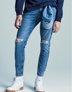 Le 31 exclusive Medium blue denim with faded accents and ripped knees Our Tokyo-style, skinny leg, regular waist pant design High quality stretch Turkish cotton Made in Turkey The model is wearing size 32 Blue Pants Men, Blue Jeans, Super Skinny Jeans, Skinny Fit, Overalls, Sneaker, Trousers, Tokyo, How To Wear