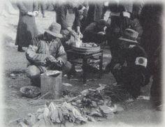 日の丸の腕章をつけ、通りで野菜を販売する南京市民(1937.12.15 南京占領の2日後)