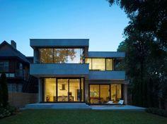 Fachada posterior de casa moderna de dos plantas