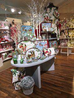 Great holiday display of Michel Design Works products. Love how your eye is drawn from the lower product at the front to the higher product at the back. Merchandising Displays, Store Displays, Christmas Store, Christmas 2016, Kitchen Shop, Visual Display, Christmas Decorations, Holiday Decor, Window Shopping
