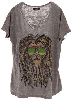 Sunshine, sunshine reggae: Trendy Shirt in Grau von Lauren Moshi. Das melierte Shirt hat einen V-Ausschnitt, kurze Ärmel und einen superlässigen Schnitt. Zum Hingucker wird es durch den Rasta-Löwen mit einer Sonnenbrille in Jamaicafarben!