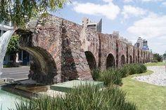Acueducto de Chapultepec. Es el más antiguo, ya que fue construido en épocas prehispánicas y destruido por los españoles durante la Conquista. Después volvió a edificarse. Llegó a tener 904 arcos y 3 km de recorrido. Fue derribado en el siglo XIX y sólo se conservan 20 arcos y dos fuentes.