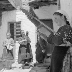 Greece, women spinning fibers using distaffs and drop spindles in Métsovon :: AGSL Digital Photo Archive - Europe
