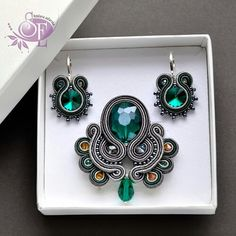 Soutache earrings and necklace Quilling Jewelry, Jewelry Crafts, Beaded Jewelry, Handmade Jewelry, Soutache Pendant, Soutache Necklace, Soutache Tutorial, Passementerie, Beads And Wire