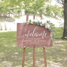 EYMのウェルカムボードは海外風ウェディングで人気の木製のおしゃれなウェルカムボードです♡手作りでは難しい高級感のある塗装やデザインで会場が一気に華やかになります!ウェルカムボード<br>【Design.05】は「Welcome to Our Wedding」よりも少しオシャレなフレーズだけど、ウェルカムボードとして日本人が認識しやすく、なおかつ意味も理解しやすいよ♪と提案して生まれました。「Welcome to our beginning」(私達の始まりの日へようこそ!)というフレーズです。 こちらの木製ウェルカムボードはウェディングアイテム通販サイトEYMにて販売中です♡