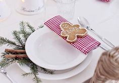 Décoration de table : des idées pour fabriquer votre ambiance pour les fêtes ! #decoration #table #noel  #inspiration Deco Table Noel, Marie Claire, Table Settings, Tableware, Christmas, Diy, Food, Decoration Table, Unique