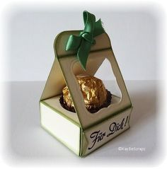 This holds 1 piece of Ferrero Rocher cents each) perfectly! Chocolates Ferrero Rocher, Envelope Punch Board, Candy Wrappers, Card Making Techniques, Craft Box, Diy Box, Chocolate Box, White Gift Boxes, Food Gifts