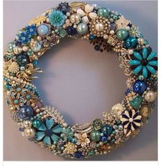 Vintage Jewelry Repurposed Elegant Christmas Wreath covered in Costume Jewelry, Pins, or Broaches! Love the Shades Of Blue and Pearls! Costume Jewelry Crafts, Vintage Jewelry Crafts, Vintage Costume Jewelry, Vintage Costumes, Handmade Jewelry, Artisan Jewelry, Recycled Jewelry, Handmade Silver, Jewelry Frames