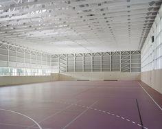 Ambivalenz im Nebelidyll - Turnhalle in Haiming von Almannai Fischer
