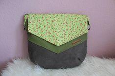 Diese Schönheit habe ich mit grünem und grauem Kunstleder genäht und für die D-Ringe und Karabiner gunmetal benutzt. Die Tasche sieht so unglaublich edel aus! Diaper Bag, Lunch Box, Bags, Pink, Green And Gray, Weaving, Artificial Leather, Sewing Patterns, Handbags