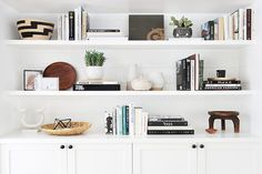 17 alternatives to a custom shelving unit. Ideas for custom shelving in your home. Decoration Bedroom, Diy Home Decor, Room Decor, Living Room Shelf Decor, Styling Bookshelves, Bookcases, Bookshelf Decorating, Arranging Bookshelves, Barrister Bookcase