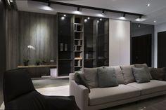 櫃體下方利用灰鏡放大空間感,同時延續至黑色端景牆,以多元板材材質精工細作,從細節鋪敘出精品風華。