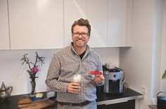 Ein Marmeladenbrötchen und ein Milchkaffee gehören für Stefan Göttle für einen perfekten Start in den Tag dazu. (Heft: April 2014) Foto @ Michael Gregonowits für Mein Buffet