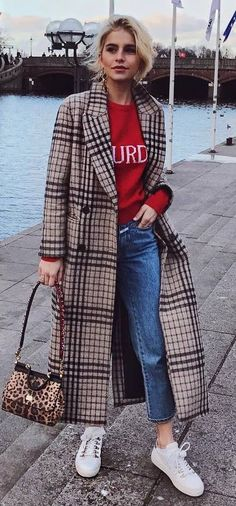 Fall Outfit Ideas: What To Wear With Sweaters And Coats Autumn Street Style, Street Chic, Style Ideas, Style Inspiration, Plaid Coat, Jeans And Sneakers, Fall Trends, Fashion Addict, Get Dressed