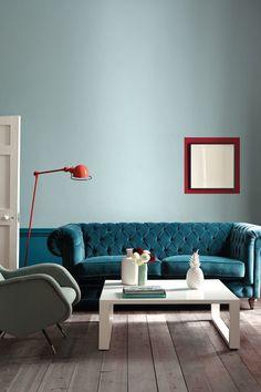 """Und jetzt machen wir mal so richtig blau: Von Eisblau bis Indigo. Der Farbtrend bringt Frische in die eigenen vier Wände und wirkt super entspannend. Little Greene macht es vor: Verschiedene Blaunuancen lassen sich hervorragend miteinander kombinieren, hier z.B. die Farbtöne """"Celestial Blue"""" und """"Marine Blue"""" des britischen Farbenherstellers. Dazu einfach ein paar Eyecatcher in Rot und fertig!"""